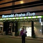 Utanför vårt fina hotell i Prag BarceloPraha Five