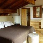 Habitación en un primer piso con deck con reposera