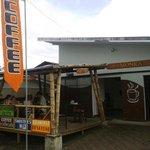 Cafeteria Monka frente a la calle principal