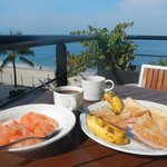 Petit déjeuner au dernier étage avec vu sur la mer