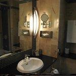 Diminuto pero completo baño con bañera habitacion 104