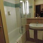 Baño (muy buena ducha y tendedero retráctil)
