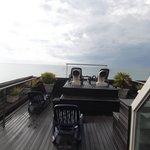 sur le toit de l'hotel face à la mer