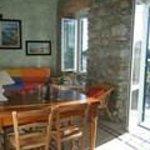 salone con divano letto matrimoniale, ampio tavolo, due finestre e porta finestra