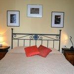 camera da letto matrimoniale, con tv e vista sul lato montagna (scorcio del paese di San Bernard