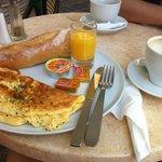 Завтрак в близлежащей брассери