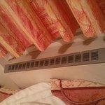 Il diffusore di aria calda attaccato letteralmente al letto.