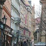 Белый снег укутывает Прагу