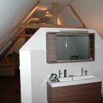 Coin salle de bain dans une suite