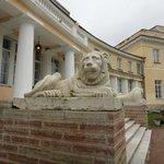 Львы у входа