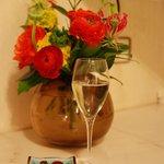 Каждому постояльцу шампанское и конфеты))) свежие цветы каждый день