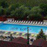 Widok na basen z pokoju hotelowego