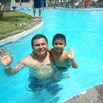 Disfrutando de la piscina del lado del estero