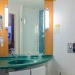 baño, muy limpio y funcional, me encantan estas duchas, las toallas son pocas y malas