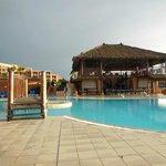 kompleks basenów na terenie hotelu, restauracja basenowa