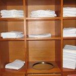 Спа салон. Полки с полотенцами для посетителей.