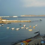 widok na zatokę Ramla, port portowy i wyspę Gozo