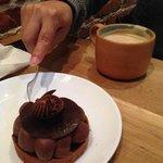 Pastelito de chocolate y un latte mmmmm :)