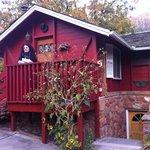 """La stanza, un piccolo """"cottage""""in miniatura sul retro della struttura"""