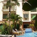 Вид на отель со двора
