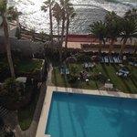 Blick  vom Balkon auf den Hotelgarten und Meeresschwimmbad