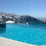 Big, deep infinity pool, wonderful