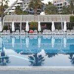 le long de la piscine olympique