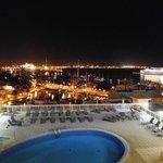 Ausblick vom Balkon aus auf das nächtliche Palma und den Hafen
