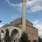 De moskee ligt aan de rand van de Oude Bazaar.