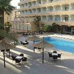 Вид на отель и бассейн отеля