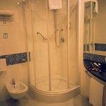 il bagno spazioso e confortevole