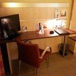 scrivania, tv e acqua in omaggio