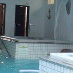 parte fechada da pousada com hidro, umas ergometricas, mesa de toto, piscina e sauna