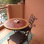 La balcon avec une petite table.