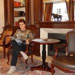Sala de estar e biblioteca.