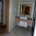 Uma espécie de lavabo fica entre o quarrto e o banheiro