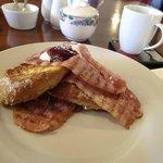 Parte de nuestro desayuno: tostadas con sirope y bacon