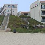 вид на отель с пляжа(он слева)