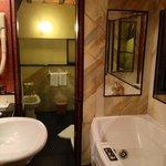 La stanza da bagno, in due locali, della Suite numero 23. In primo piano a destra, la vasca Jacc
