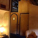 Visuale delle porte nella Suite numero 23, con tutte le pareti tappezzate in alcantara. Calda e