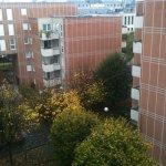 Chambre coté cour: beaucoup plus calme que coté boulevard, donne sur des immeubles d'habitation
