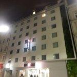 Fachada hotel de noche