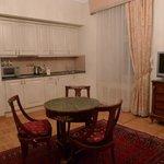 Кухня в гостиной и столик