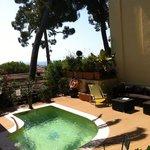 La jolie petite piscine chauffée balnéothérapie et sa vue