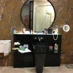 ванная комната полностью оснащена