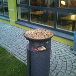 Aschenbecher im Eingangsbereich des Hotel