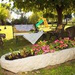 In estate, colazione e relax in giardino