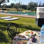 Déjeuner autour de la piscine.
