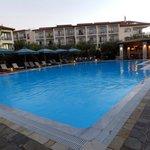 panorama della piscina e dell'hotel