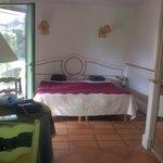 grand lit piece agreable et spacieuse tres propre